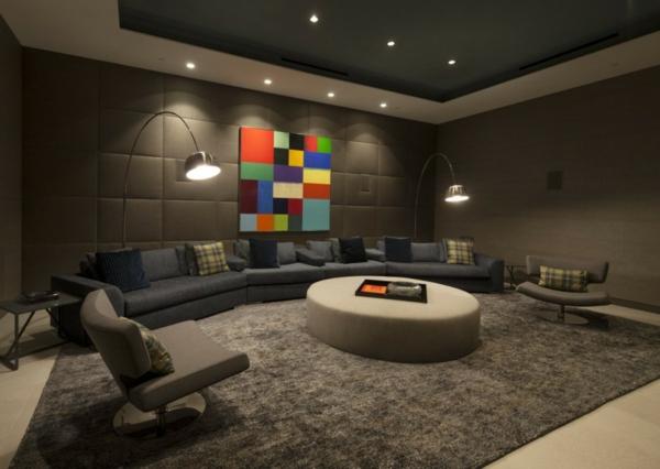 luxuriöse residenz mit gewagtem design elegante bogenlampen aus stahl