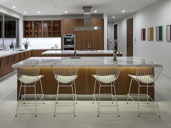 luxuriöse residenz mit gewagtem design kücheninsel mit marmoroberfläche