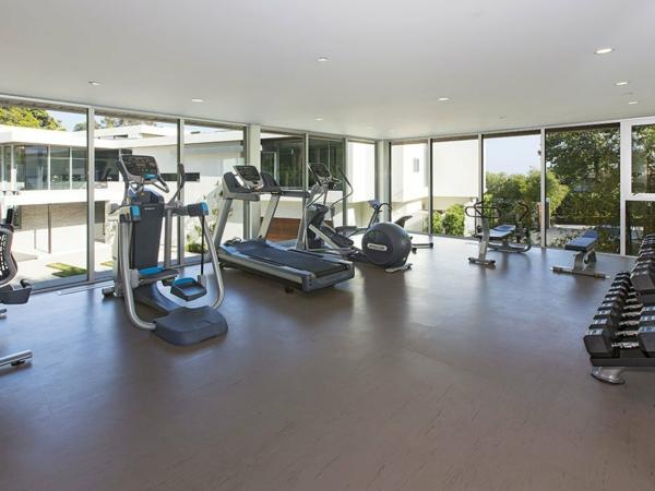 luxuriöse residenz mit gewagtem design moderner fitness raum