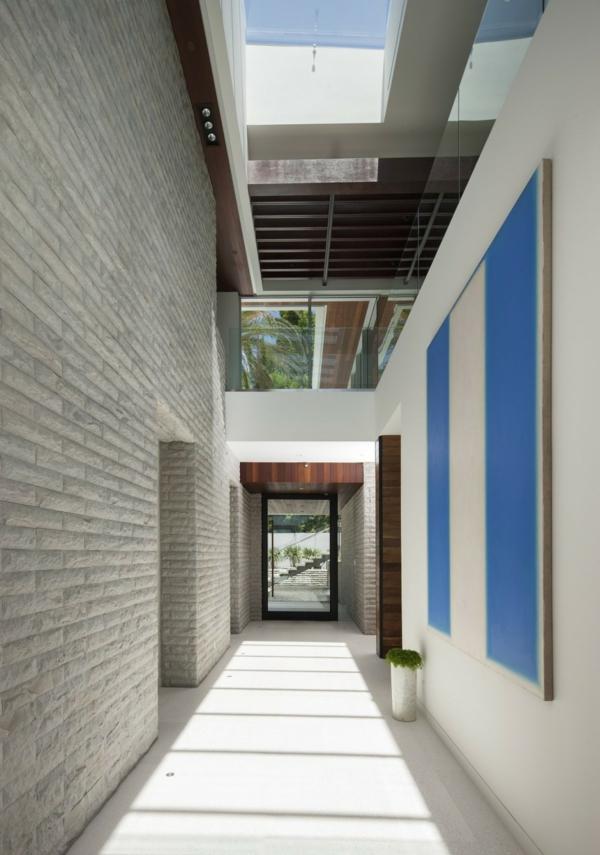 luxuriöse residenz mit gewagtem design steinfliesen meeresblaue akzente