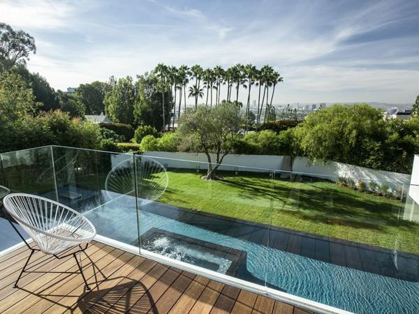 luxuriöse residenz mit gewagtem design terrasse mit glasgeländer