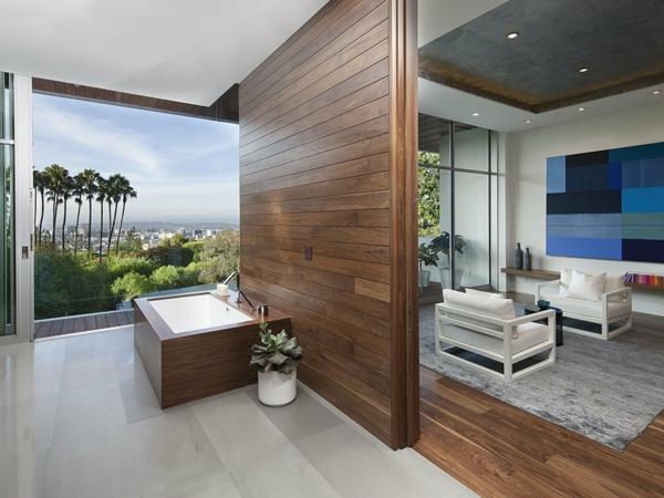 luxuriöse residenz mit gewagtem design trennwand aus dunklem holz
