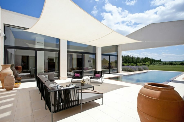 luxus ferienvilla auf mallorca große töpfe aus ton