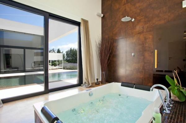 luxus ferienvilla auf mallorca jacuzzi mit blick auf den pool