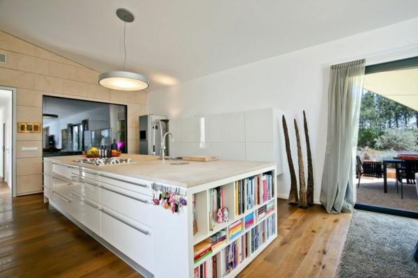 luxus ferienvilla auf mallorca kücheninsel mit bücherregalen und waschbecken