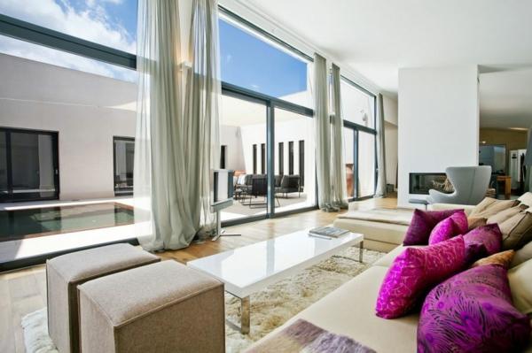 luxus ferienvilla auf mallorca kuschelweicher teppich violette kissen