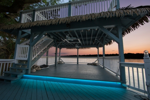 moderne Außentreppe mit Beleuchtung eingebaut LED blaues licht