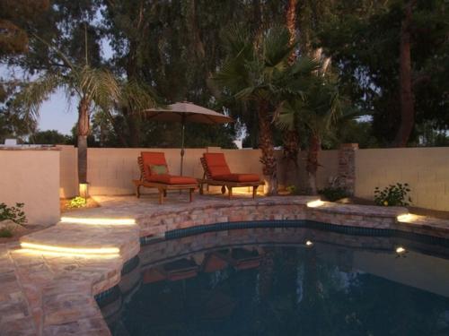 moderne Außentreppe mit Beleuchtung eingebaut stein liegen pool