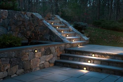 moderne Außentreppe mit Beleuchtung eingebaut stein stufen