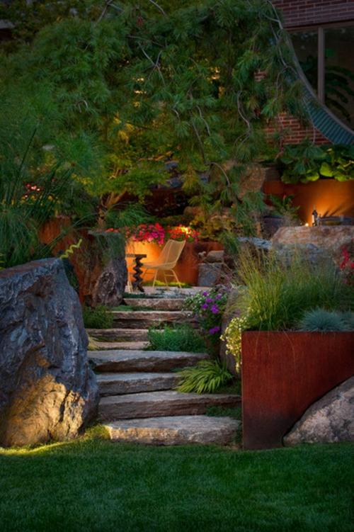 moderne Außentreppe mit Beleuchtung stein pflanzen töpfe