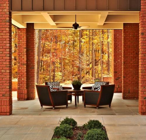 moderne residenz aus backsteinen überdachte terrasse mit ventilatoren