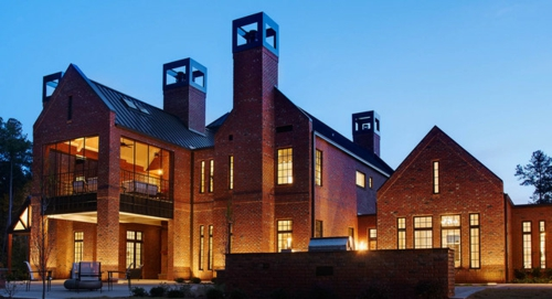 moderne residenz aus backsteinen einladend beleuchtet