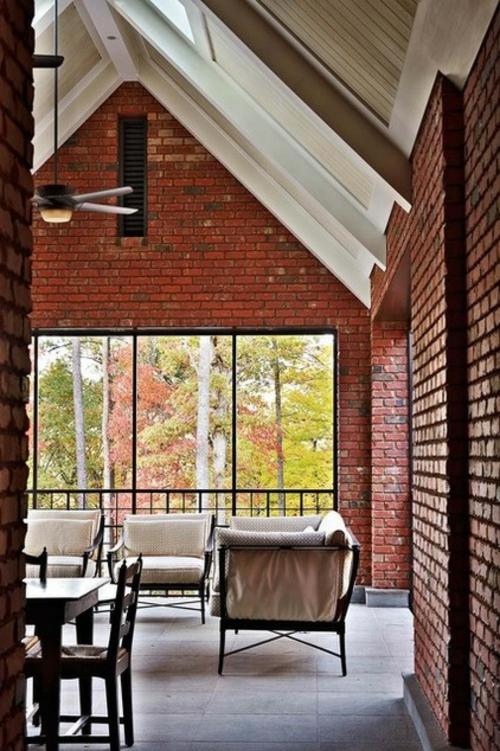 moderne residenz aus backsteinen spitzdecke weiße deckenbalken