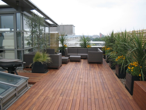 moderne terrasse gestalten holz bodenbelag groß außenbereich