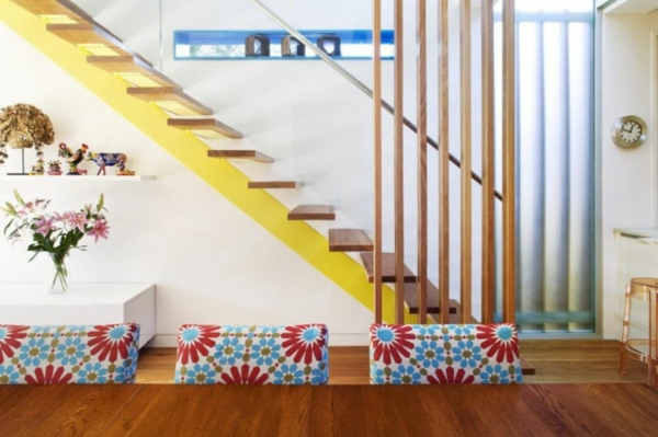 moderner hausanbau blumen muster und zitronengelbe treppe
