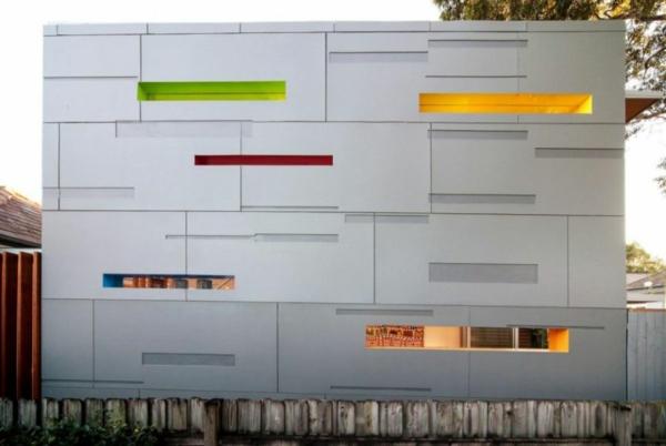 moderner hausanbau futuristisches aussehen mit schmalen öffnungen