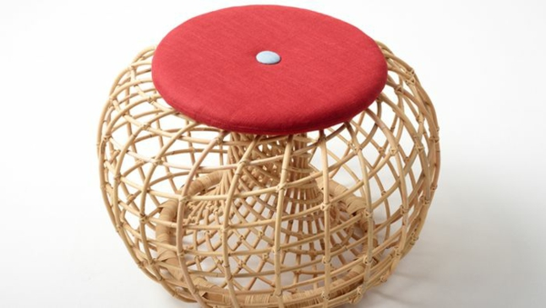 nachhaltige rattan möbel hocker mit rotem sitzkissen