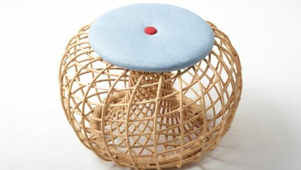 nachhaltige rattan möbel hocker mit weißem sitzkissen