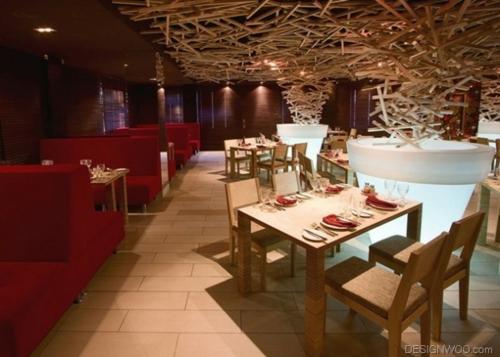 originelle Deckenverkleidung hängende holz struktur esstische restaurant