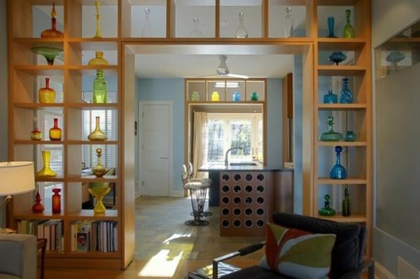 regale als originelle trennwand schlicht und voll von bunten gläsern und vasen
