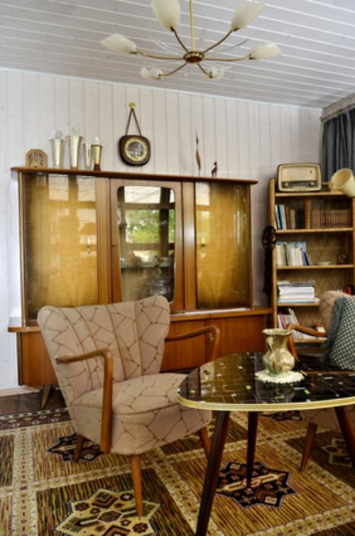 wohnzimmer vintage look:retro look im wohnzimmer vitrinenschran aus hellem holz