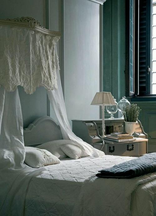 romantische schlafzimmer einrichtung antike kommode mit tischlampe