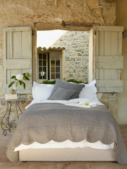 romantische schlafzimmer einrichtung natursteine und fensterläden aus grobem holz