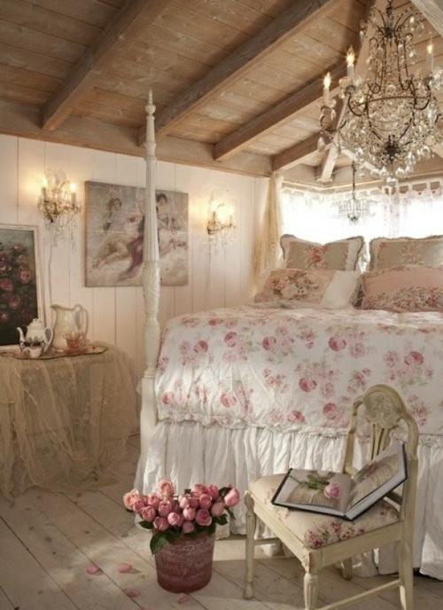 romantische schlafzimmer einrichtung offene deckenbalken kristallkronleuchter
