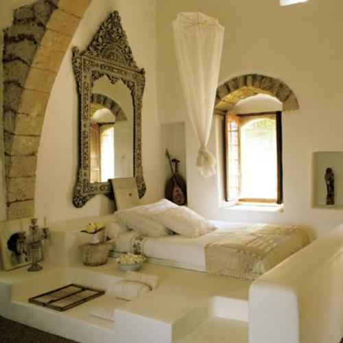 romantische schlafzimmer prächtiger wandspiegel mit filigranen ornamenten