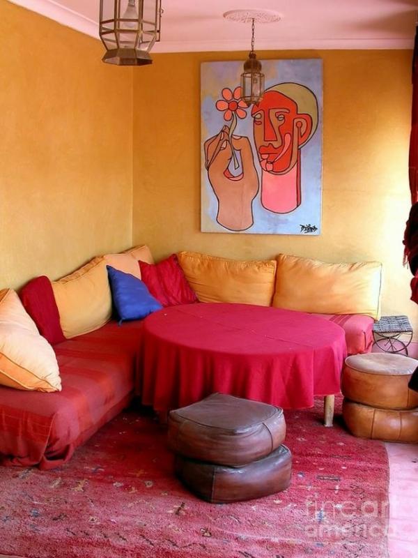 rosarot gesättigt farben goldgelb wände sofas kissen leder hocker