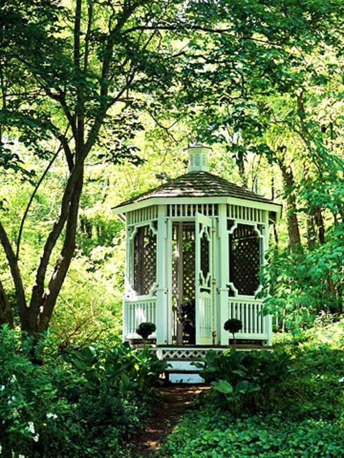 schattige Sitzecke im Garten gartenlaube asiatisch stil