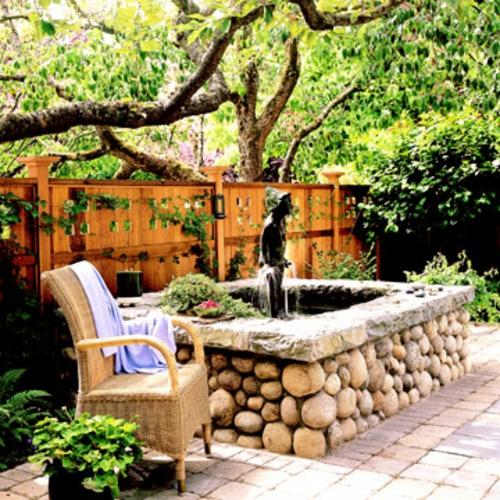 schattige Sitzecke im Garten rattan sessel überwurf zaun