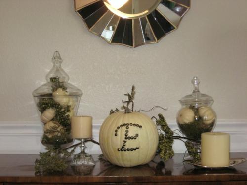 schicke halloween dekoration minikürbisse in gläsern