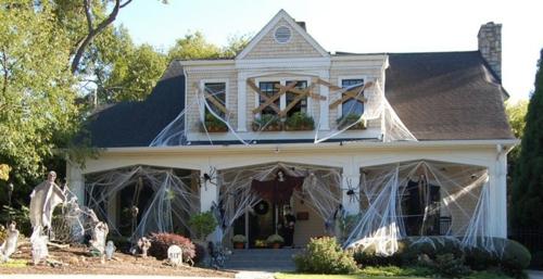 schicke halloween dekoration mit spinnweben und geistern