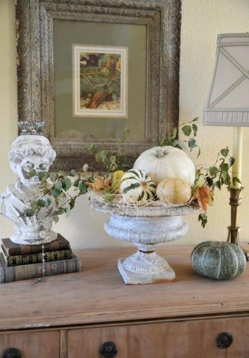 schicke halloween dekoration neutrale farben kürbisse und anktikschale