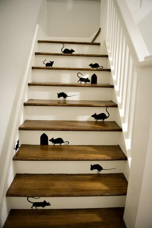 schicke halloween dekoration schwarze mäuse tattoos auf der treppe