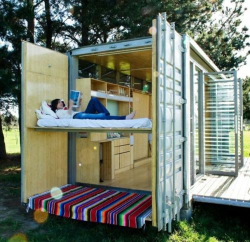 schlafbereich draußen gestreift bodenbelag holzplatten wände container