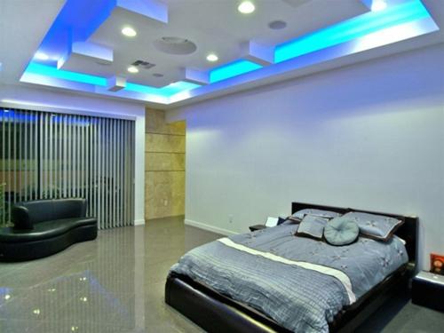 schlafzimmer blau eingebaut beleuchtung weiß wände fensterladen