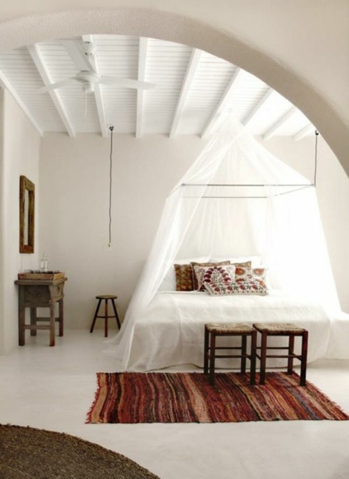 schlafzimmer orientalische akzente läufer gestreift hocker kissen weiß bett