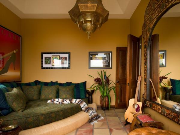 sofas möbel wurfkissen grün gemustert kronleuchter wandspiegel gitarre