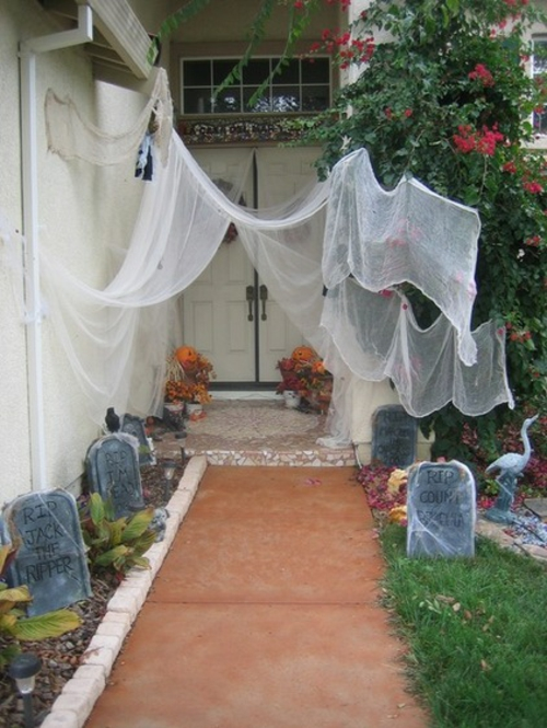 halloween dekoration veranda hexenbesen kürbisse