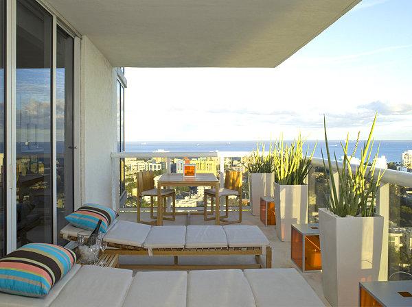 terrassengestaltung mit pflanzen bequeme liegestühle gestreifte kissen