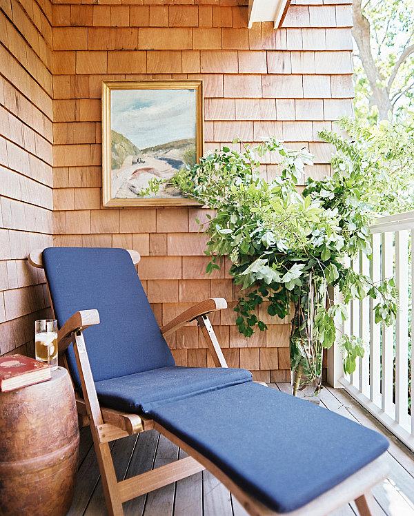 terrassengestaltung mit pflanzen grüne äste in vase