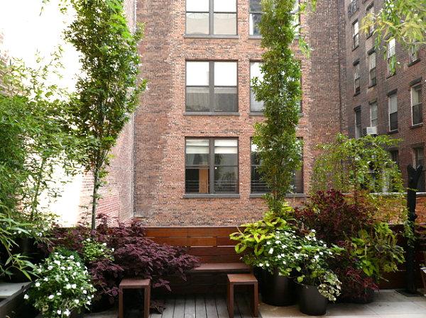 terrassengestaltung mit pflanzen innenhof ziegelwände