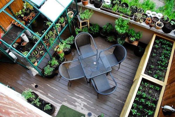 terrassengestaltung mit pflanzen küchenkräuter metallstühle