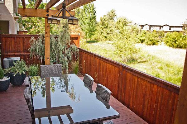 terrassengestaltung mit pflanzen kirschholz esstisch mit glasoberfläche
