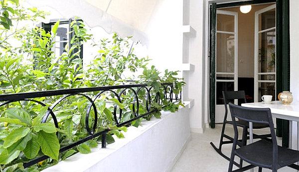 terrassengestaltung mit pflanzen metall schaukelstühle