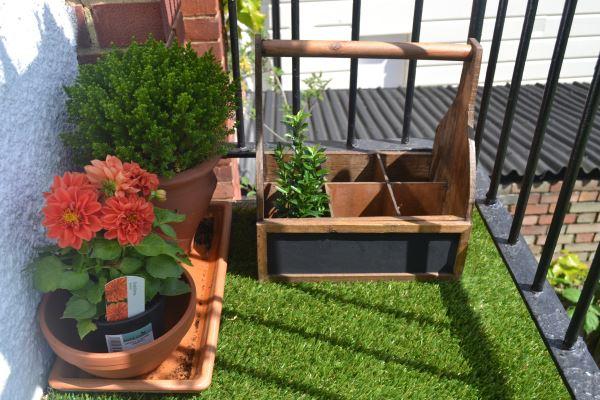 terrassengestaltung mit pflanzen mit künstlichem gras