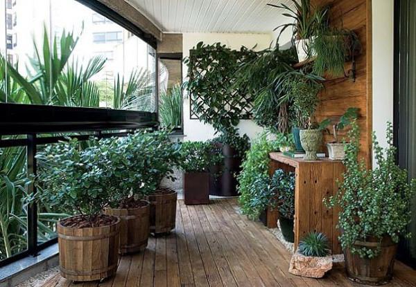 terrassengestaltung mit pflanzen naturholz wandverkleidung bodendielen und behälter