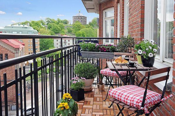 terrassengestaltung mit pflanzen robuste metallgeländer in schwarz